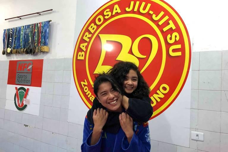 Samara Uno e sua mãe, Andressa, na academia de treinos de jiu-jítsu