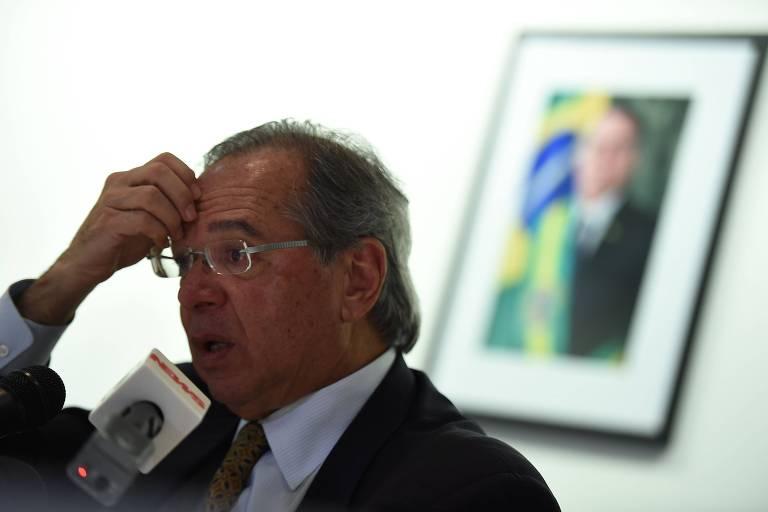 O ministro Paulo Guedes (Economia) durante entrevista na Embaixada do Brasil nos EUA, em Washington, na segunda-feira (25)