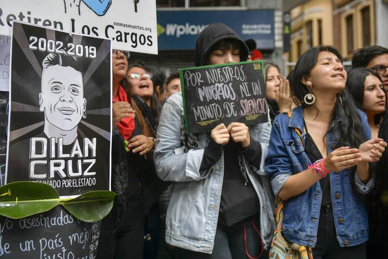 Manifestantes em vigília por Dilan Cruz, jovem ativista morto após ser ferido na cabeça em protesto por um membros das forças de segurança da Colômbia