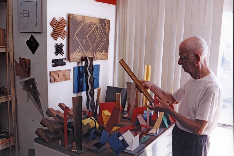 O escultor Franz Weissmann (1911-2005) manipula as maquetes de suas esculturas em seu ateliê, no Rio de Janeiro