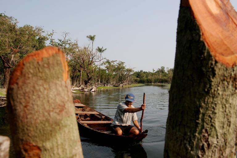 Canoeiro no igarapé do rio Tapajós na Comunidade de Magurari, em Santarém (PA); comunidade é atendida pelo médico infectologista Eugenio Scannavino Netto criador  do projeto Saúde e Alegria, que combate a diarreia na Amazônia e recebeu o prêmio de Empreendedor Social 2005 da Folha