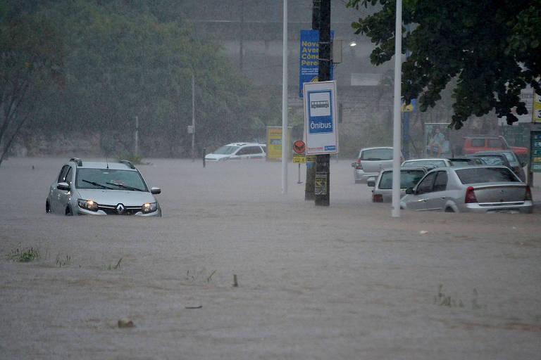 Chuva causa alagamento em vários pontos da cidade de Salvador (BA), nesta terça-feira (26)