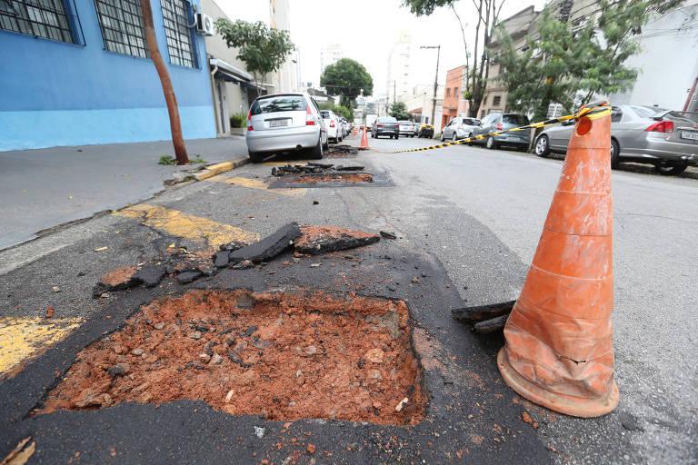 Obras de troca de ramais feitas pela Sabesp em rua da Mooca, na zona leste