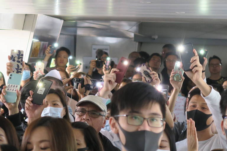 Manifestantes durante ato contra o governo de Hong Kong em passarela no centro da cidade