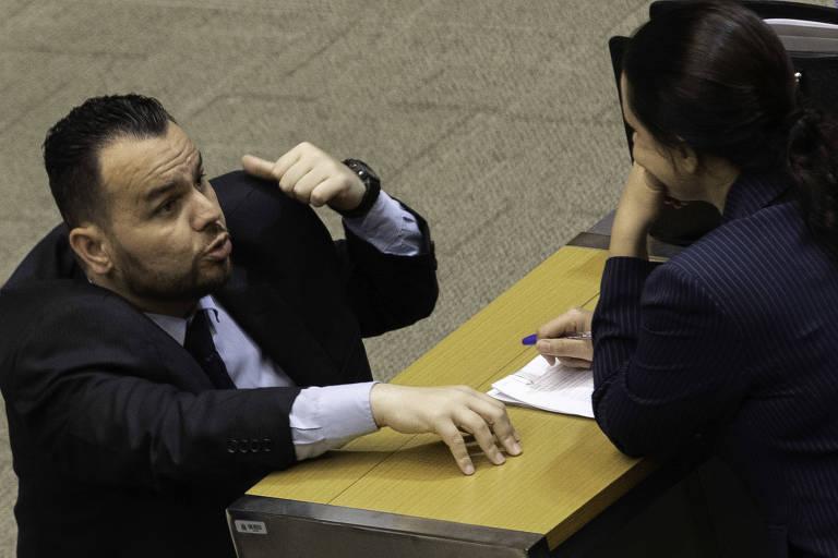 Gil Diniz e Janaina Paschoal, na Assembleia de SP, em sessão desta terça-feira (26)