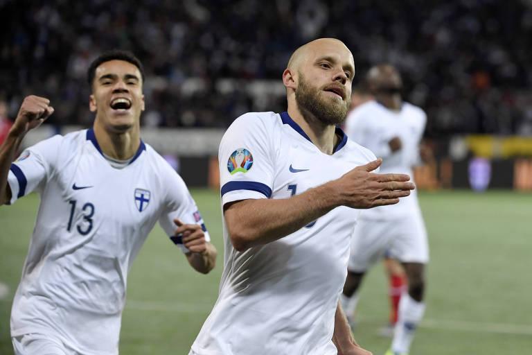 Teemu Pukki (à dir.) comemora gol da Finlândia sobre Liechtenstein, jogo que garantiu os nórdicos na Eurocopa