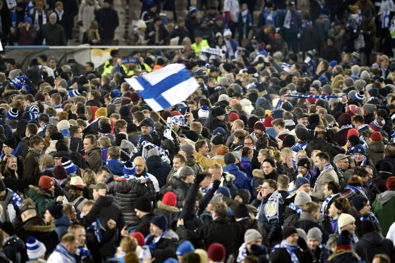 Finlandeses comemoram a classificação para a Euro no gramado