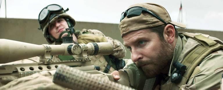 """Kyle Gallner e Bradley Cooper no filme """"Sniper Americano"""""""