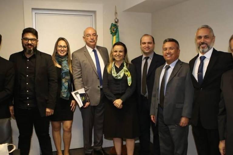 Reunião com Katiane de Fátima Gouvêa (no centro, sem óculos) e ministro Osmar Terra em junho