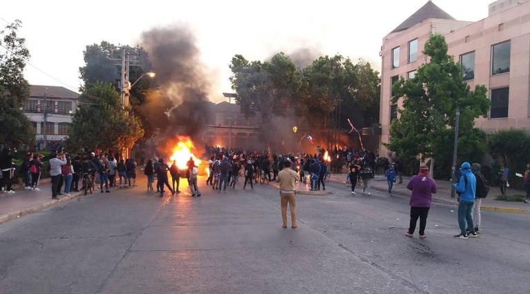 Grupo saqueia e ateia fogo ao hotel La Serena, no Chile, em 27.nov
