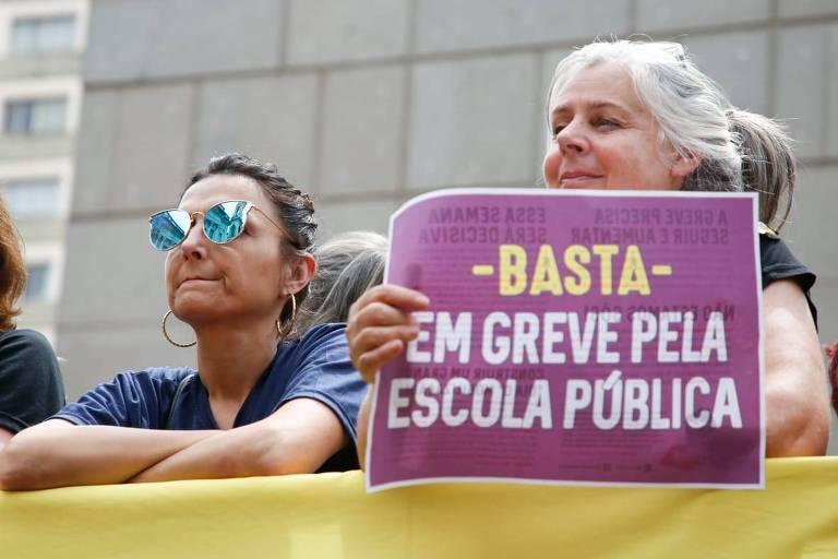 Protesto de professores em frente ao Palácio Piratini, sede do governo estadual, em Porto Alegre, na terça