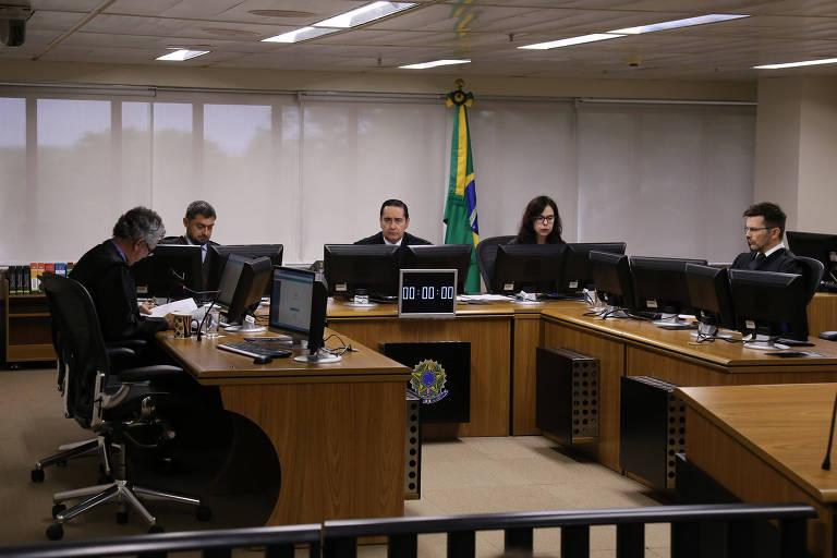 Sessão de julgamento no TRF-4 nesta quarta-feira (27), com o juiz Thompson Flores ao centro
