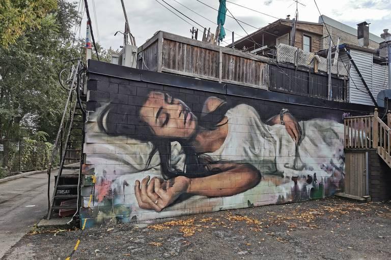 Mural 'A Sonhadora', de Emmanuel Jarus e Rudjer Bosiljevac, no museu a céu aberto da Dundas street, em Toronto