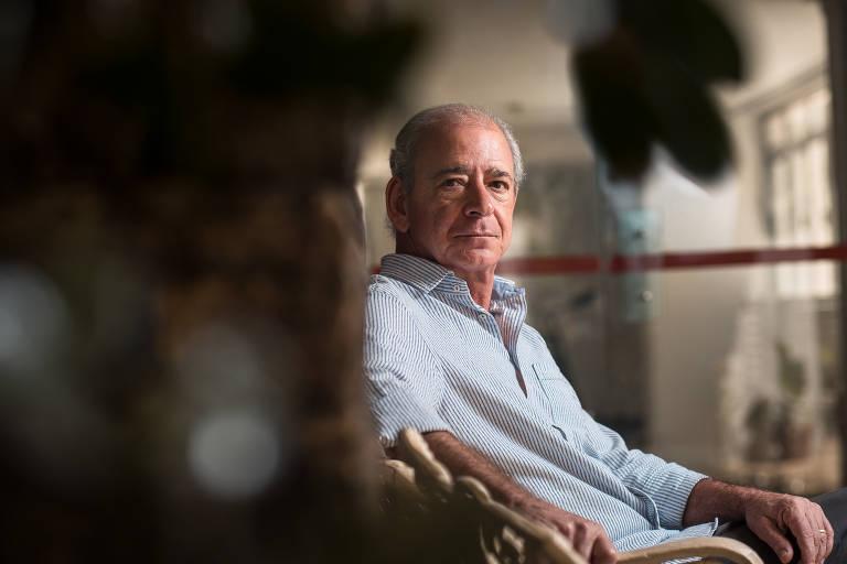 O representante comercial Pedro Cesar Utsch de Leão, 62, no prédio onde mora em São Paulo