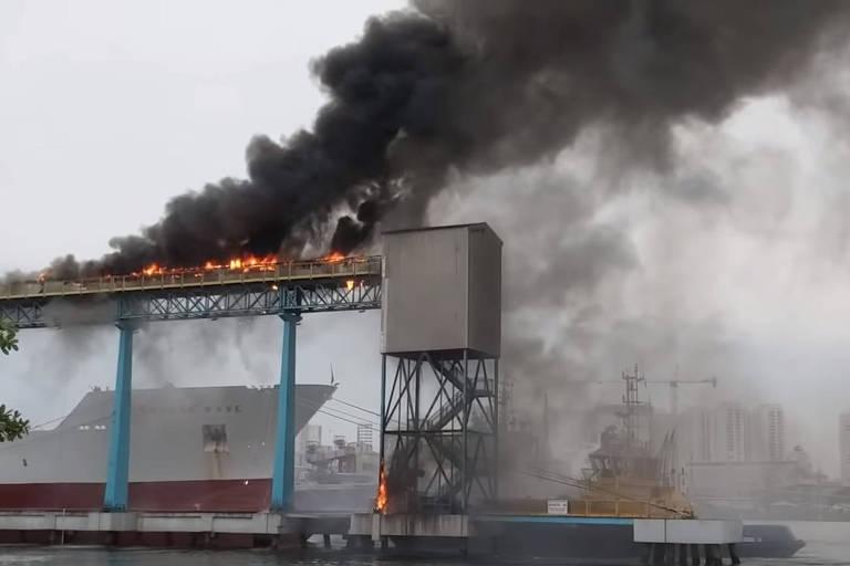 Incêndio atingiu um terminal do Porto de Santos por volta das 16h desta quarta-feira