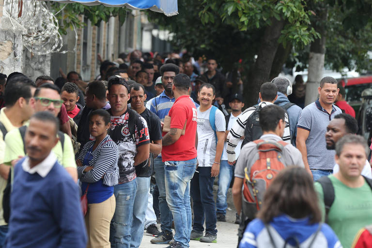 Desempregados formam fila para entrega de currículo