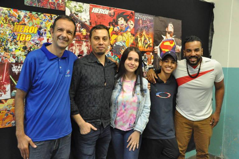 O professor Silas (esq.), criador do projeto, o coordenador Cássio, os alunos Isadora e Kevin e o professor Vinicius
