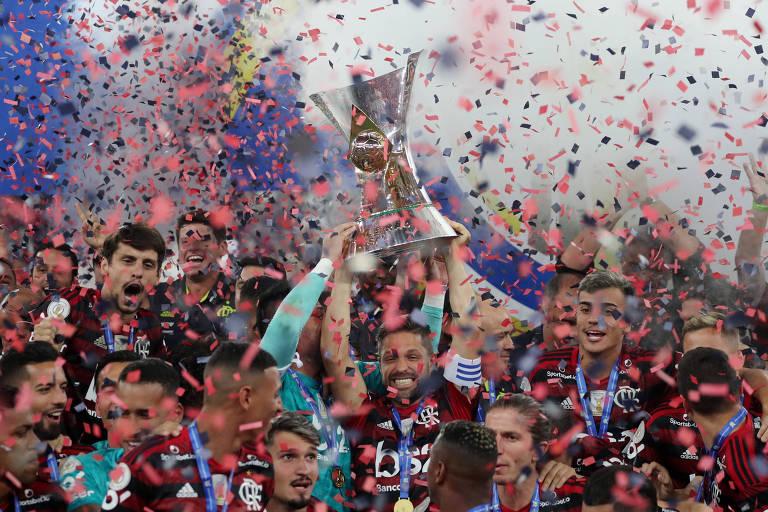 Flamenguistas com a taça de campeão do Campeonato Brasileiro 2019