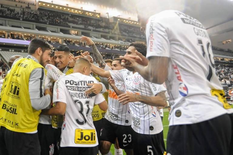 Jogadores corintianos comemoram o gol de Júnior Urso, o segundo na goleada de 3 a 0 sobre o lanterna Avaí, no Itaquerão