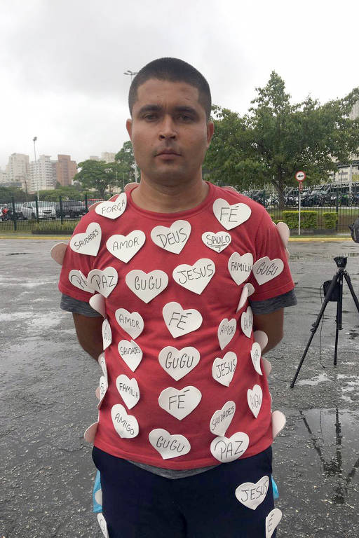 Fãs fazem homenagem a Gugu Liberato