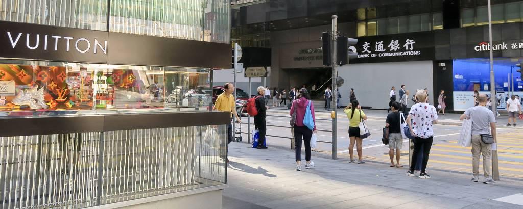 Loja da Louis Vouitton em frente a agência bancárias blindada após protestos em Hong Kong
