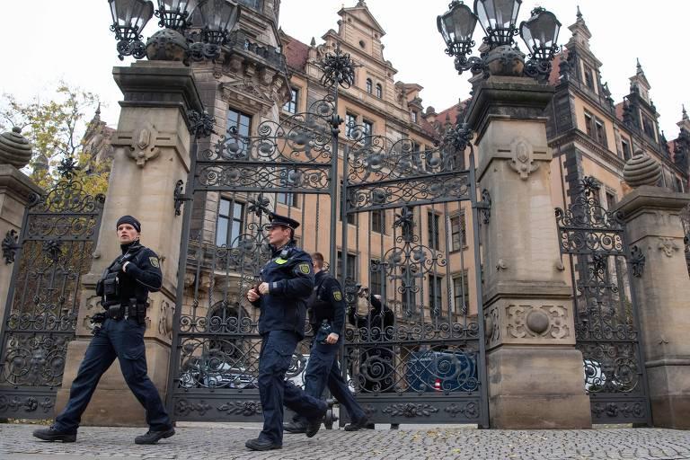 Policiais deixam o Palácio Real de Dresden