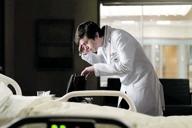 Médico examina bolsa deixada em quarto de hospital