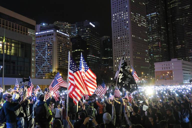 Comício pró-EUA acaba em confusão no centro de Hong Kong