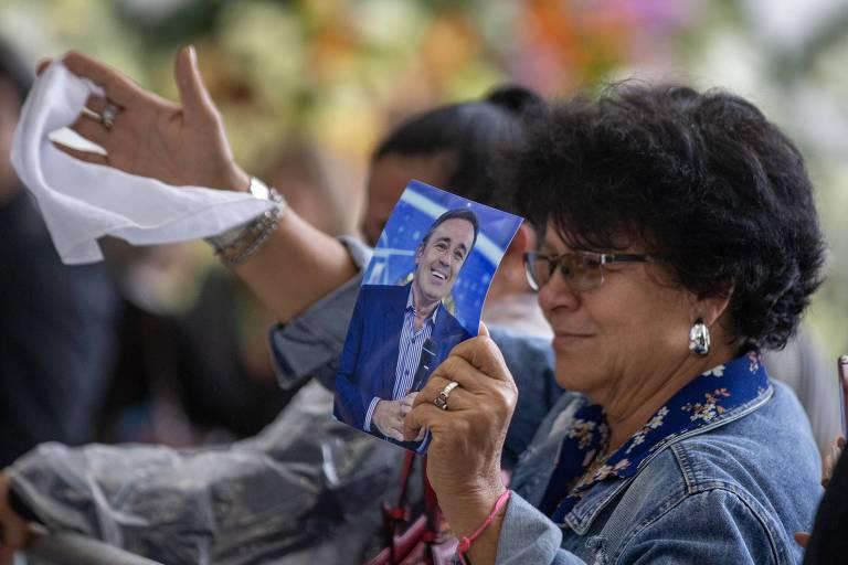 Fãs fazem homenagem a Gugu Liberato durante velório do apresentador em São Paulo
