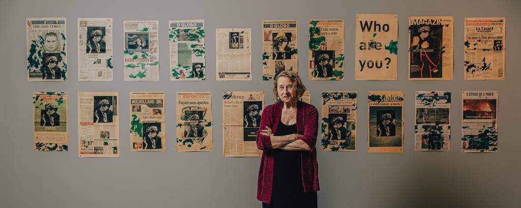 Anna Bella Geiger, 86, posa diante de série de sua autoria exposta no Masp