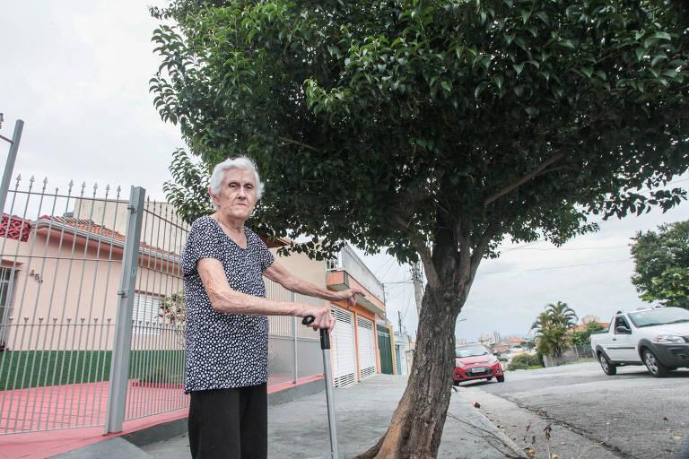 A aposentada  Jurema Fiorentine Ruiz, 86 anos, da Vila Matilde (zona leste), conta que registrou diversas reclamações na prefeitura, em vão