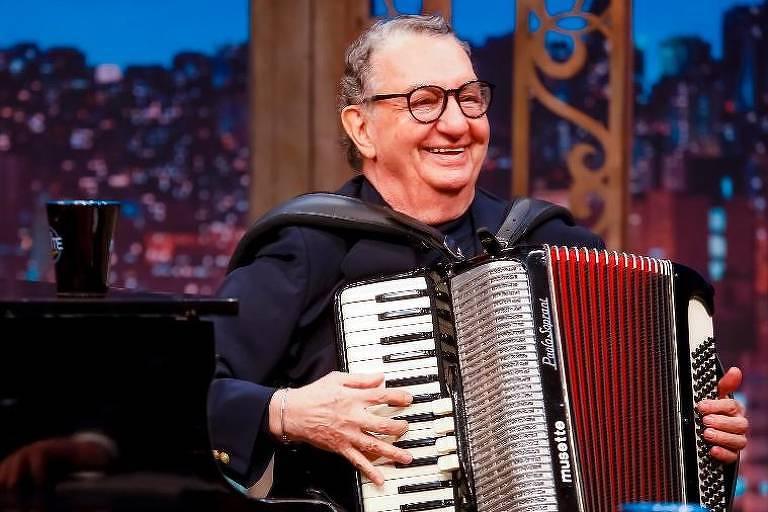 O maestro Caçulinha no programa The Noite, no SBT