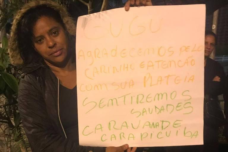 Rose Ravides, 45, é muito fã de Gugu e levou cartaz ao velório
