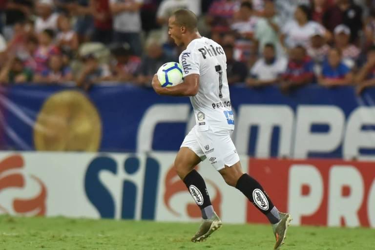 Carlos Sánchez comemora o seu gol na derrota do Santos por 2 a 1 para o Fortaleza, no Castelão; o meia ainda perdeu um pênalti