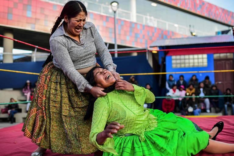 Membros do clube Lutadoras Cholitas fazem performance em El Alto, na Bolívia