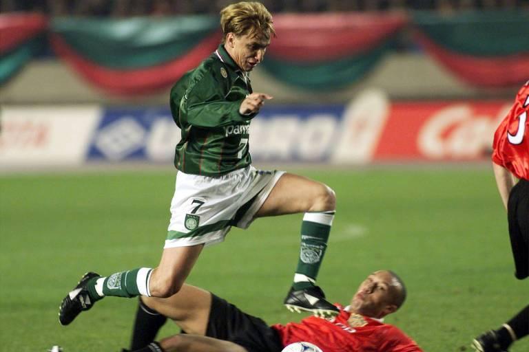 Paulo Nunes passa pelo francês Mikael Silvestre durante o Mundial de Clubes de 1999, entre Palmeiras e Manchester United