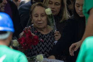 Enterro do apresentador Gugu no Cemitério Gethsêmani, em SP