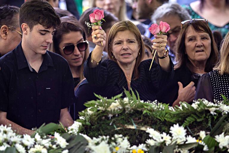 Filho de Gugu, João Augusto, e Rose Miriam, mulher do apresentador, no enterro