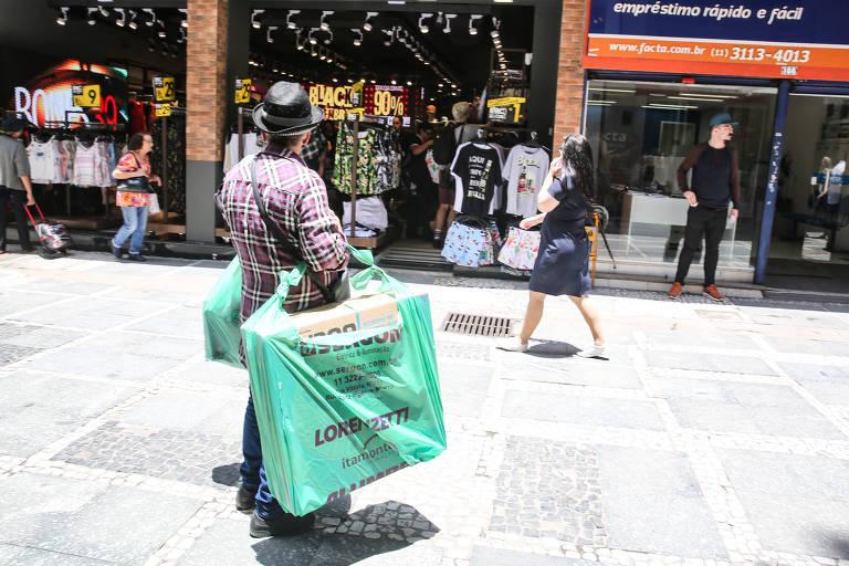 Consumidores lotam lojas em busca de descontos na Black Friday