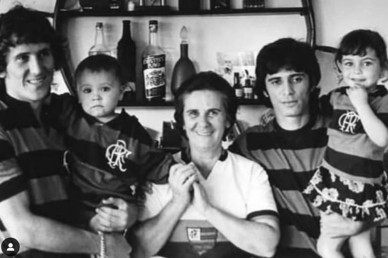 Dudu Coimbra no colo de Zico junto com a avó Matilde e o pai Edu Coimbra