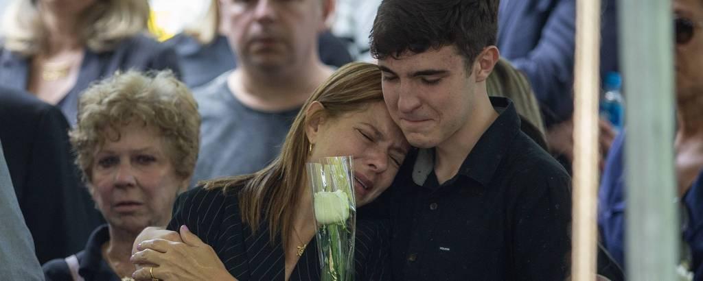 João Augusto Liberato ampara a mãe, Rose Miriam, no enterro do pai, Gugu