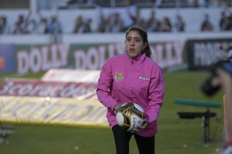 A gandula Mariana Pereira sofreu com machismo e passou sustos em partida em Diadema