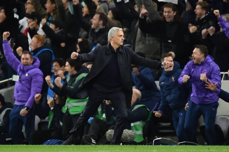 Jose Mourinho comemora gol do Tottenham na virada sobre o Olympiakos pela Liga dos Campeões; técnico até cumprimentou gandula que repôs a bola em lance de gol