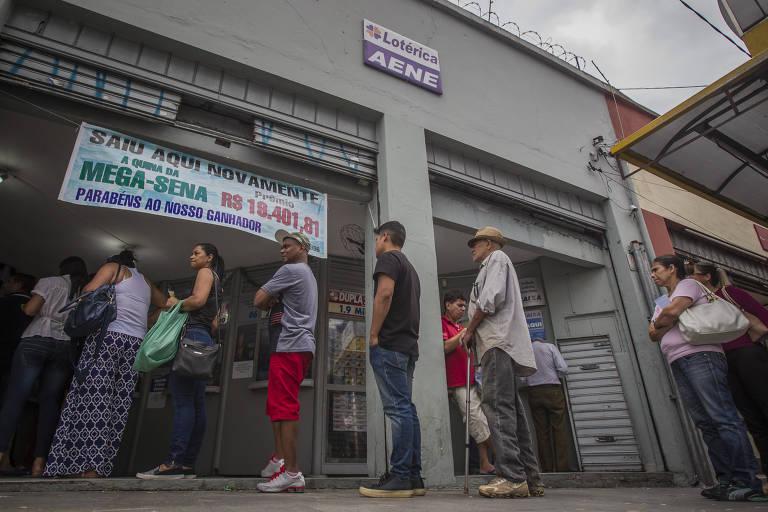 Filas para jogar na Mega Sena da Virada na casa lotérica no largo da Batata em Pinheiros, na zona oeste da capital paulista