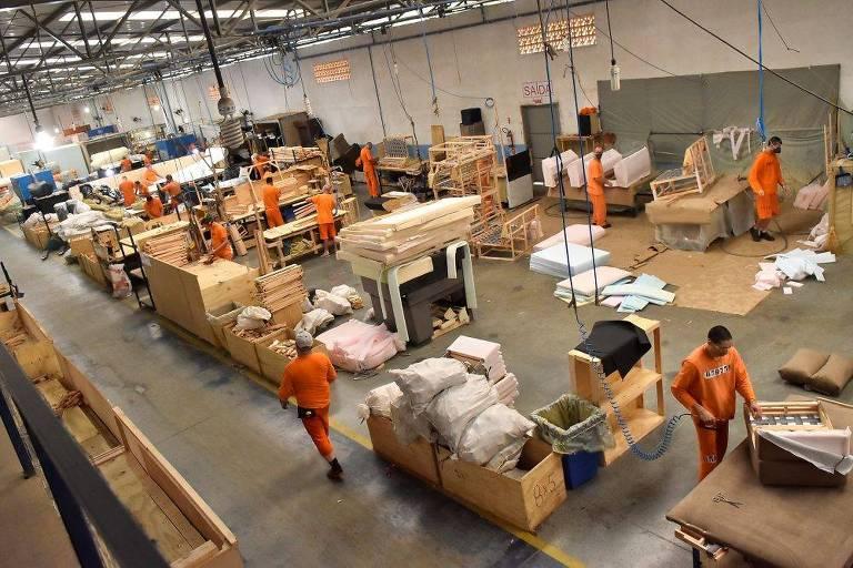 Internos da Penitenciária Regional de Curitibanos trabalham nas oficinas da fábrica de estofados do Grupo Berlanda