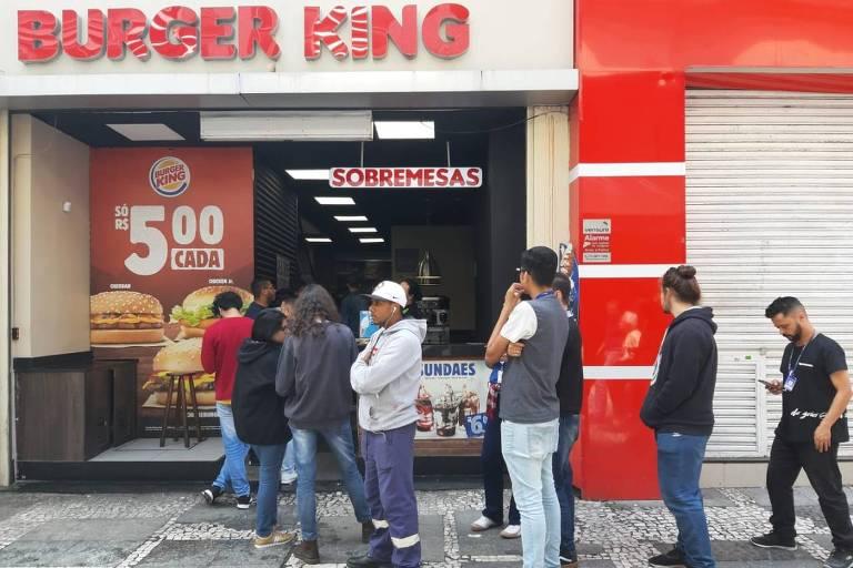 Fila em lanchonete da região central de São Paulo com sanduíches em promoção durante a Black Friday