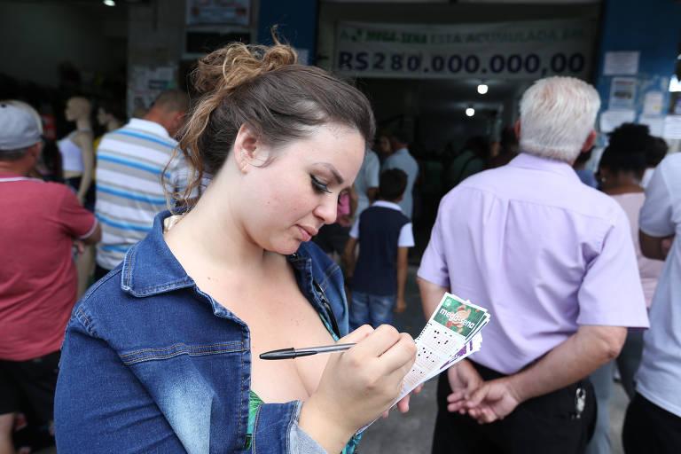 SÃO PAULO, SP, 28/12/2018, BRASIL - A Mega da Virada não acumula. Se ninguém acertar seis números, o prêmio é dividido entre os vencedores da quina.  (Rivaldo Gomes/Folhapress)