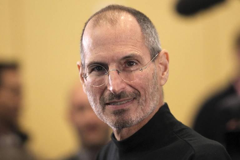 Retrato de Steve Jobs saindo de evento em que apresentou o iPhone 4