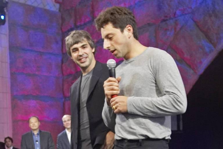 De patins, Larry Page (à esquerda) e Sergey Brin, fundadores do Google, apresentam o Google Phone, ou G1, primeiro celular com o sistema operacional Android, em Nova York (EUA)