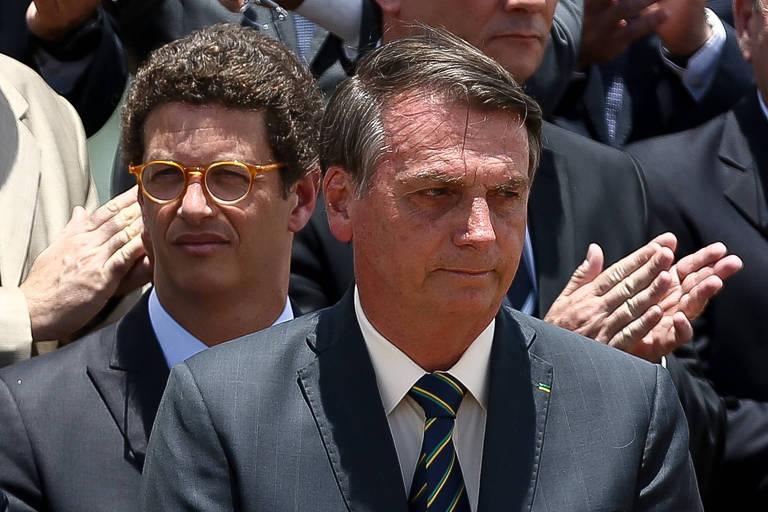 0O presidente Jair Bolsonaro, acompanhado dos ministros Ricardo Salles (Meio Ambiente) e Sergio Moro (Justiça), participa de cerimônia de hasteamento da bandeira, em homenagem ao Dia da Bandeira, no Palácio da Alvorada, em Brasília